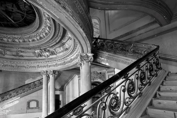 Antes: Al salir del lobby, esta escalera de mármol lleva a un entrepiso en el que hay salas de reuniones, un bar y el comienzo del hotel mismo..