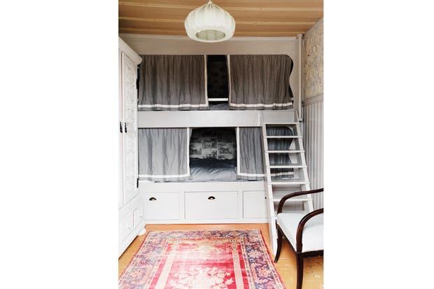 En la casita del árbol, camas de tamaño queen tipo camarote, con interior empapelado con motivo Gilpin Horses (Lewis Wood)..