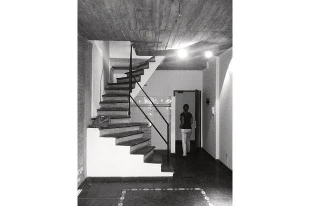 El sector de cocina estaba 'encerrado': hacia el living, por la base de la escalera de material, y hacia la entrada, separado por un tabique. .