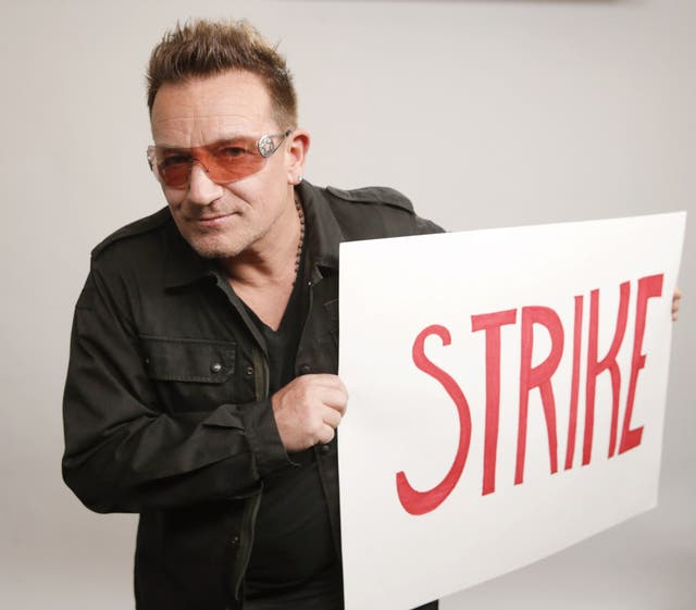 """Damon convocó a figuras como Bono a sumarse, en 2013, a una """"huelga mundial de inodoros"""" que buscó sensibilizar a la opinión pública sobre la falta de agua potable y servicios sanitarios para millones de personas en el mundo."""