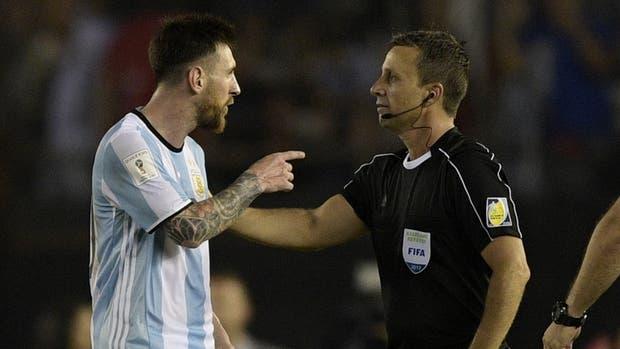 Messi la reclama a Emerson Augusto de Carvalho, en el último Argentina-Chile