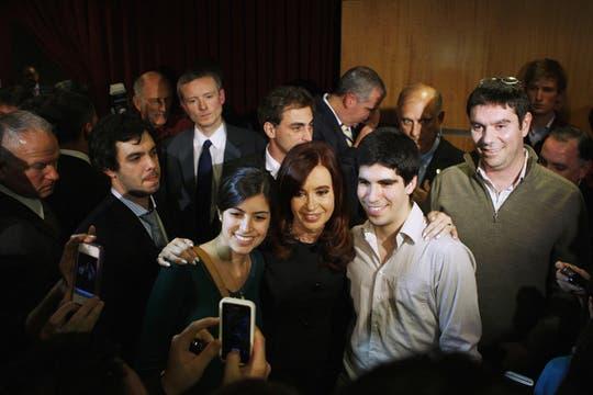 Muchos estudiantes quisieron sacarse una foto con la Presidenta. Foto: Reuters