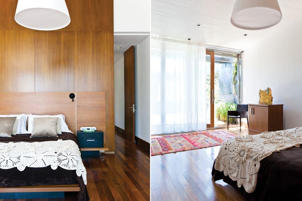 En el dormitorio, amplio pero de ambientación austera, cama vestida con una manta de hilo algodón con flores en relieve ($1.200) y almohadones de 50x50 en tela gamuzada color camel (desde $280, todo de Claudia Ginzuk)..