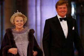 La reina Beatriz y el príncipe Guillermo, al llegar a la cena de gala