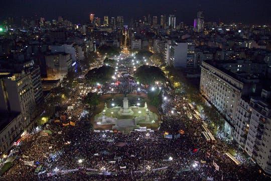 NiUnaMenos, en defensa de la mujer y contra el femicidio, una multitud se reunió frente al congreso teñido de violeta. Foto: DyN
