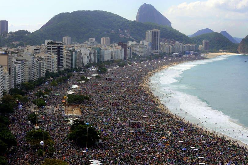 Millones de personas inundaron las playas de Copacabana para ver al Papa. Foto: AFP