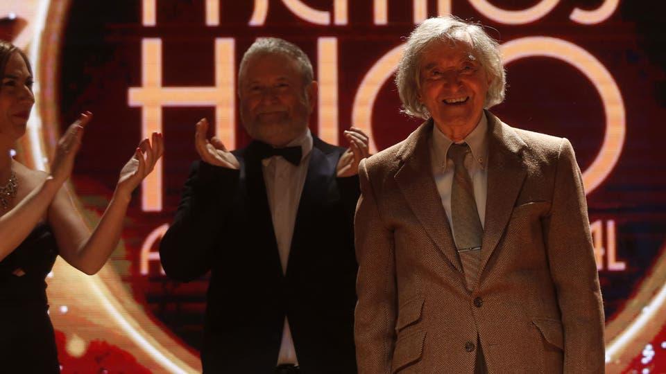 El emotivo homenaje a Carlitos Balá, en la noche de los Premios Hugo: recibió un premio a la trayectoria. Foto: Fabián Marelli