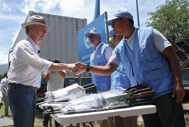El presidente Juan Manuel Santos felicita a los observadores de la ONU en la localidad de Fonseca