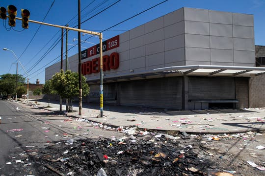 Las calles desiertas muestran la tensa calma después de la furia. Foto: LA NACION / Aníbal Greco