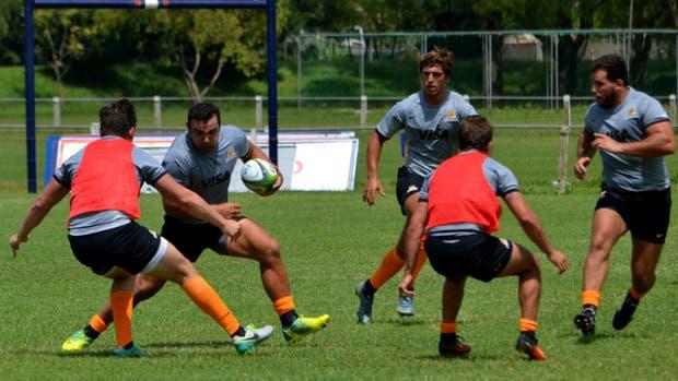 Creevy, pelota en mano, durante la práctica de los Jaguares