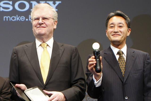 Howard Stringer y Kazuo Hirai durante la presentación de Sony en 2009 del lector de libros electrónicos Reader y el mando inalámbrico de control de movimientos de la PlayStation