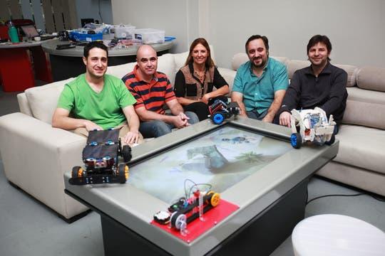 El equipo de Playbots, junto a sus robots. Foto: LA NACION / Sebastián Rodeiro