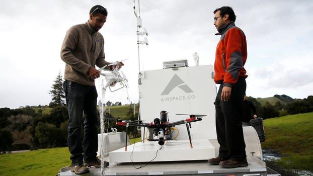 Dos operadores retiran un drone capturado por Interceptor. Foto: Reuters