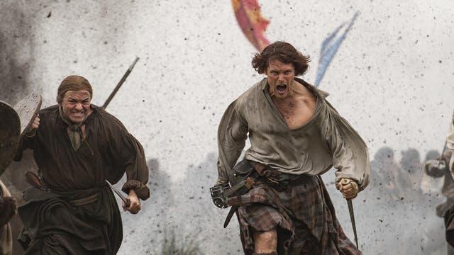 En el comienzo, Jamie (Sam Heughan) lidera a los suyos en un enfrentamiento trágico