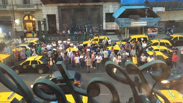 Los taxistas protestaron frente al salón donde se presentaba Uber