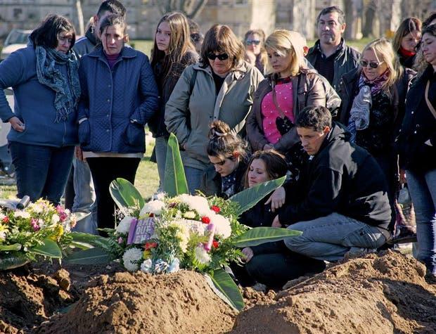 Sólo dolor entre los familiares de las víctimas en la sepultura colectiva