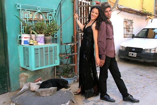 Ariana, con su vestido negro, y Angel en la puerta de una de las casas. Foto: LA NACION / Matías Aimar