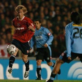 Machín domina la pelota; el volante jugó un buen partido y anotó el segundo gol de Independiente