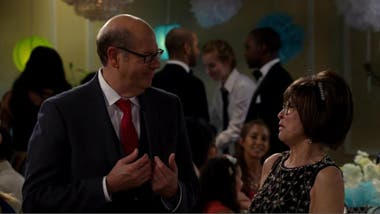 Stephen Tobolowsky y Rita Moreno en One Day at a Time
