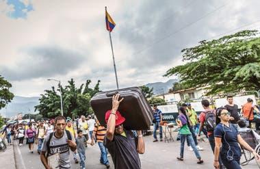 ÉXODO. Según la encuesta de la firma Datos Group publicada en marzo último, 4 de cada 10 venezolanos quieren irse del país en los próximos 12 meses para escapar de la grave crisis económica