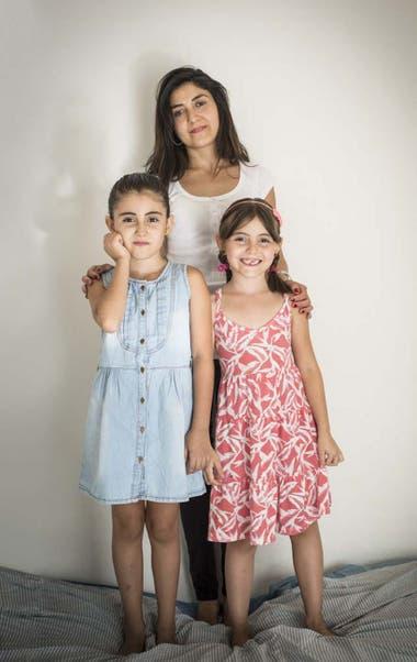 Make con sus dos hijas: Maia, de celeste, y Male.