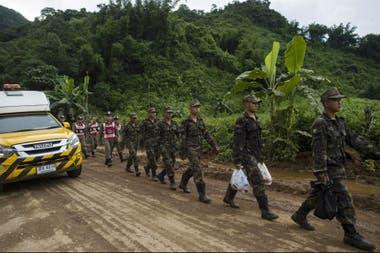 Rescatistas, militares y médicos de emergencia preparan la misión inminente