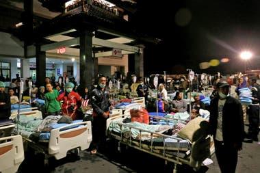 Muchas de las víctimas son atendidas al aire libre porque los hospitales también están dañados, con peligro de derrumbe, sin luz y sin agua potable