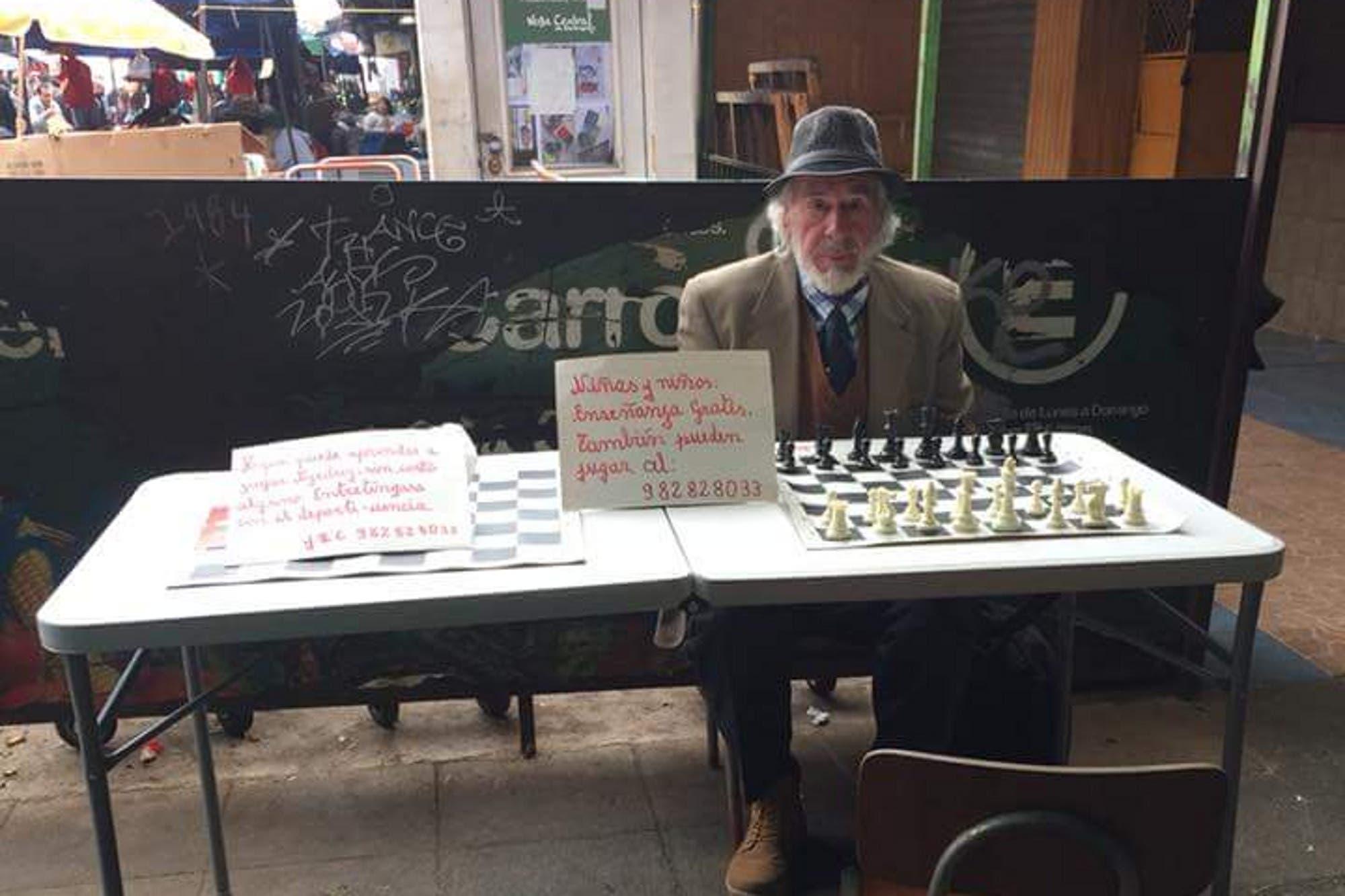 El hombre de 78 años que les enseña ajedrez gratis a los niños