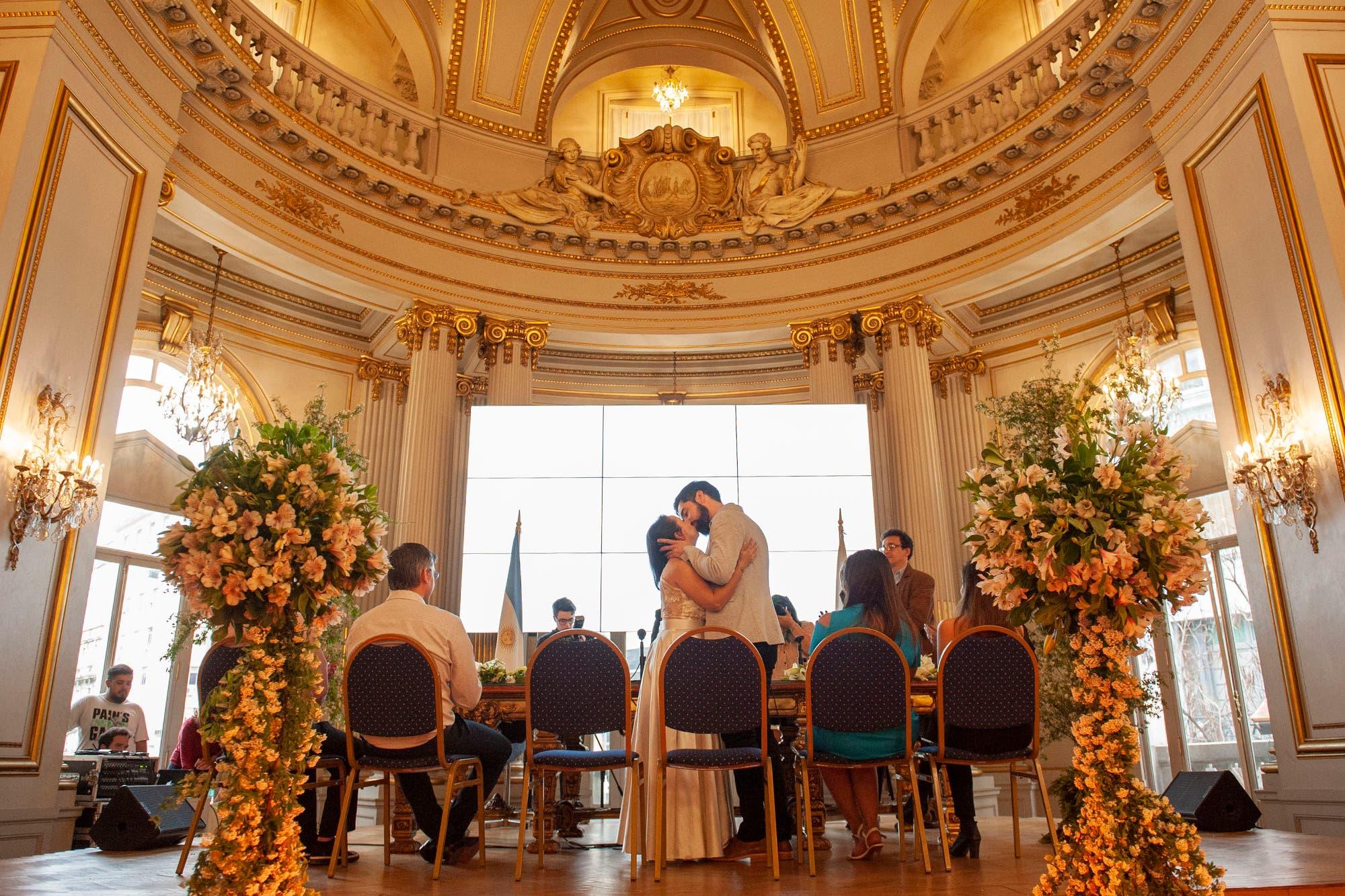 """La Noche de los Matrimonios: la lluvia complicó los planes, pero todas las parejas dieron el """"¡Sí, quiero!"""""""