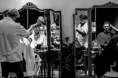 Martín Demichelis en la peluquería con Messi, previo al casamiento del 10