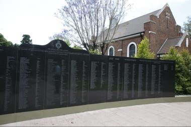 El homenaje en el cementerio británico a los voluntarios de la comunidad británica que partieron desde la Argentina y cayeron en la Primera y Segunda Guerra Mundial