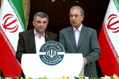 El viceministro de Salud iraní, Iraj Harirchi, y el vocero del gobierno, Ali Rabii, durante una conferencia de prensa