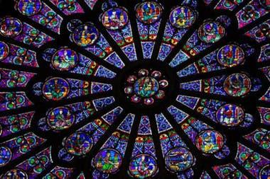 Notre Dame es famosa por sus rosetones de vidrio.