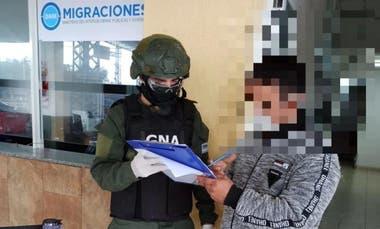 Uno de los detenidos ayer, expulsados por la Gendarmería Nacional. Migraciones le prohibió reingresar al país por cinco años.