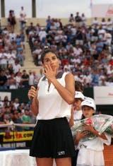 35) Febrero de 2000: en su primer partido desde el retiro profesional (1996), Gaby fue ovacionada por el público argentino en una exhibición en el BALTC, ante Anna Kournikova