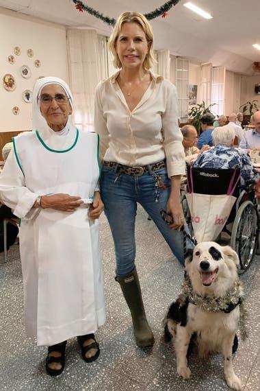 31 de diciembre de 2019. Nora y Jack durante una visita en la que donaron panes dulces al Hogar Marín, en San Isidro, que da asilo a adultos mayores sin familia o de bajos recursos