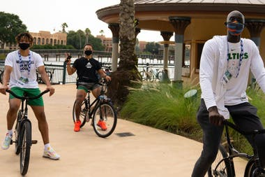 Tacko Fall, de Boston Celtics, de paseo por Disney