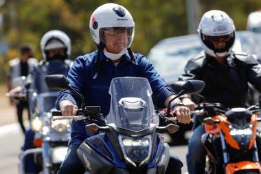 El presidente de Brasil, Jair Bolsonaro, llega al Palacio de Alvorada en una motocicleta, en medio del brote de la enfermedad por coronavirus (COVID-19), en Brasilia, Brasil.