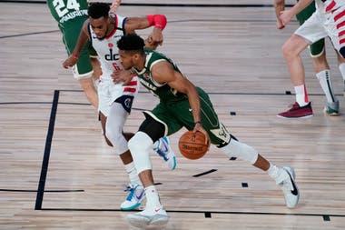 Dominio gigante: el griego Giannis Antetokounmpo es uno de los jugadores más dominantes de la NBA; ¿le alcanzará para llevar a Milwaukee al anillo?