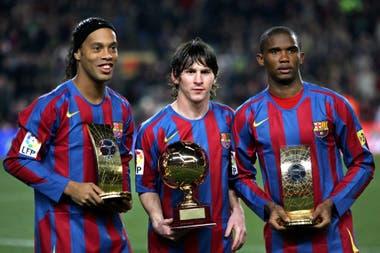 Messi con Ronaldinho y Eto´o muestran sus trofeos en el Camp Nou antes del partido frente a Celta, el 20 de diciembre de 2005