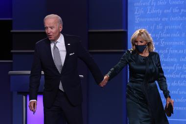 El candidato presidencial demócrata Joe Biden y su esposa Jill Biden saludan a la audiencia después del primer debate presidencial