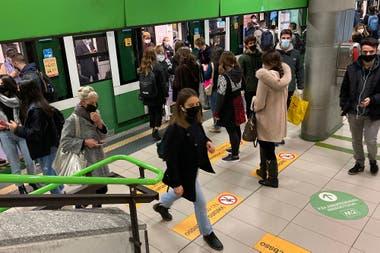 Pasajeros en el metro de la ciudad de Milán. El primer ministro italiano, Giuseppe Conte, dice que el objetivo de las nuevas restricciones en Italia que limitan la vida nocturna y la socialización es evitar otra cuarentena generalizada