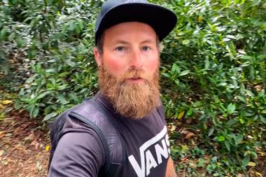 El youtuber The Bearded Explorer en el ingreso a la mansión victoriana abandonada