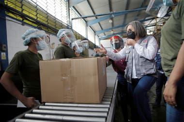 Indira Alfonzo, presidenta del Consejo Nacional Electoral, habla con los trabajadores del centro de recepción en Guarenas, Venezuela