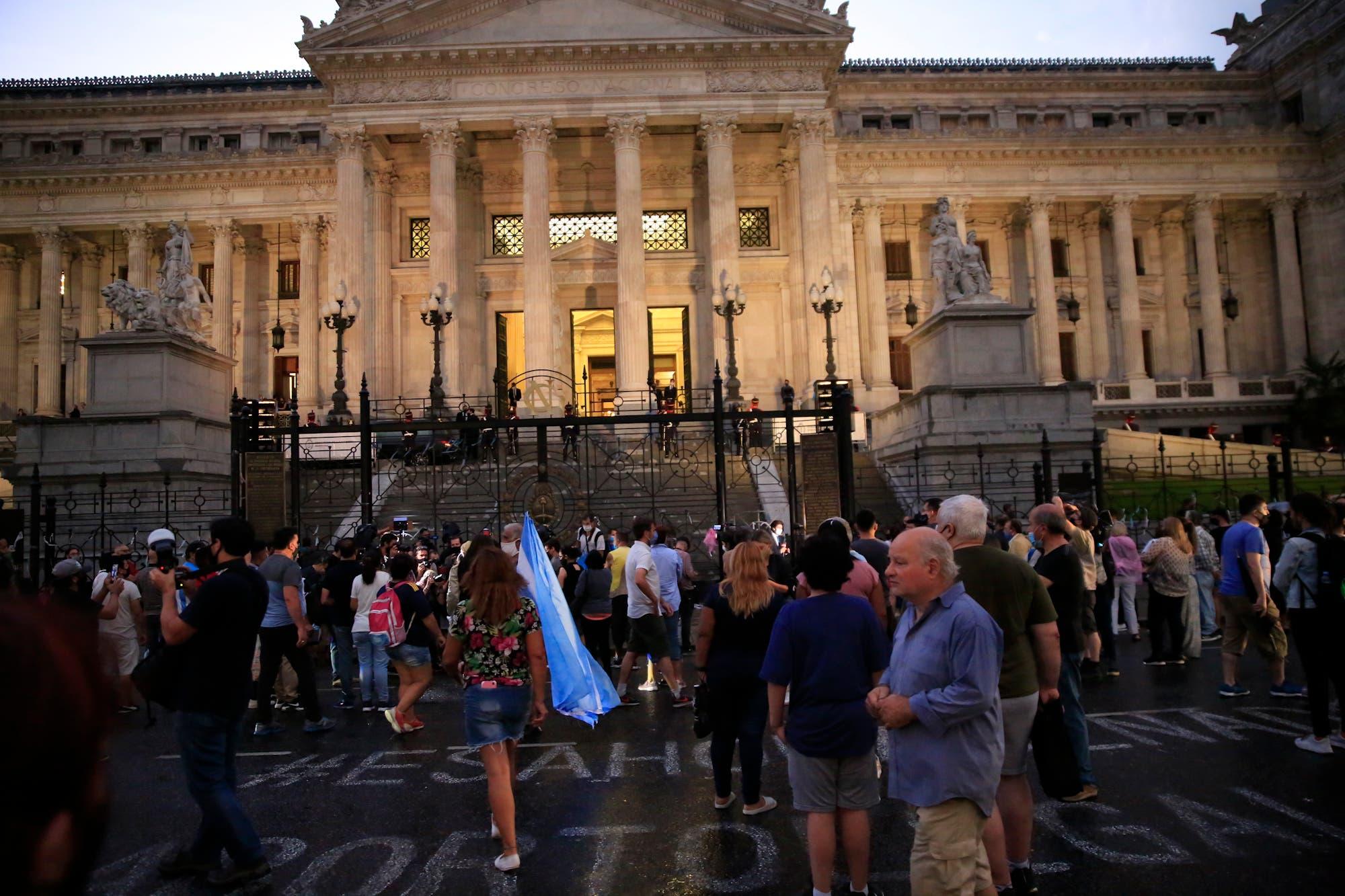 Murió Carlos Menem: bajo la lluvia, el expresidente es velado en el Congreso