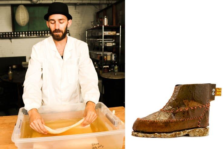 Silvio Tinello manipula hongos que, con descarte de yerba, convierte en suela de zapatos y usa celulosa cultivada para la capellada