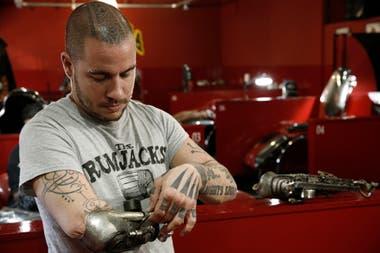Perdió El Brazo A Los 10 Años Y Hoy Es Uno De Los Mejores Tatuadores