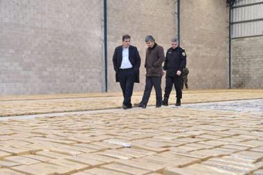 El ministro Ritondo, el juez Ramos y el comisario general Perroni en el depósito donde se secuestró la droga