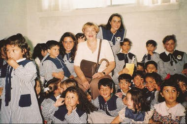 María Elena Walsh junto a alumnos de la escuela de la localidad de Florencio Varela que lleva su nombre