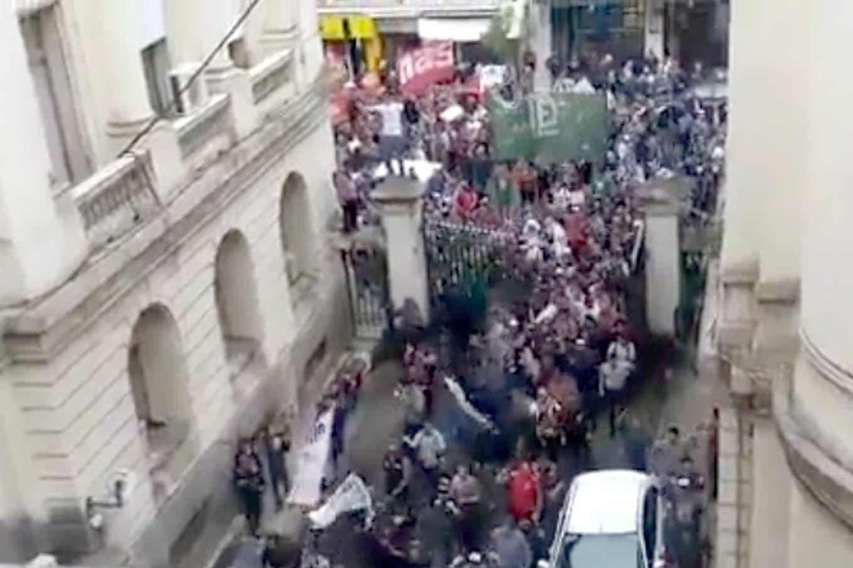 Trabajadores del Astillero Río Santiago toman el Ministerio de Economía bonaerense